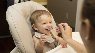 متى يتم ادخال الطعام للطفل الرضيع - اول وجبه للطفل الرضيع