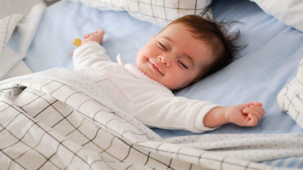 متى ينتظم نوم الطفل الرضيع